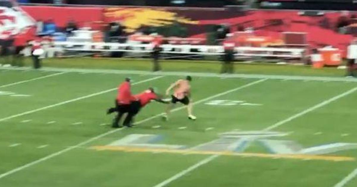 Un streaker fait irruption sur le terrain en plein Super Bowl: les images qui n'ont pas pu être diffusées (vidéo) - Sudinfo.be