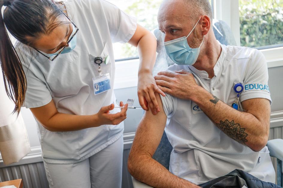 Le vaccin AstraZeneca a été administré pour la première fois ce jeudi en milieu hospitalier en Belgique au CNRF de Fraiture à Tinlot (photos) - Sudinfo.be