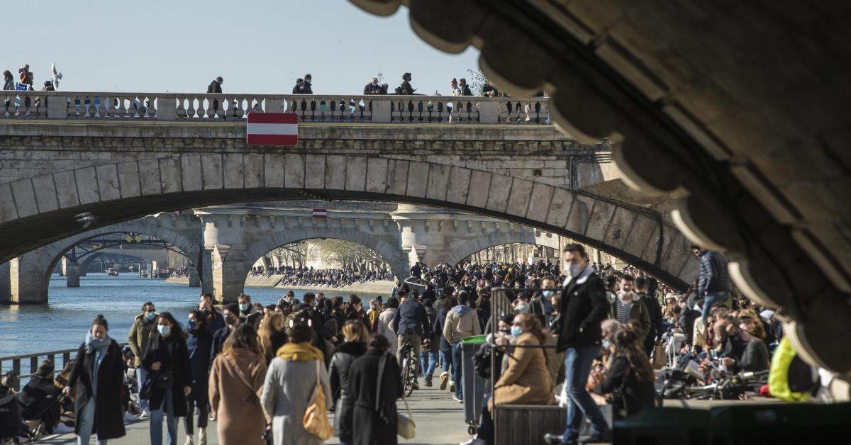Coronavirus: les quais de Seine bondés à Paris, la police les fait évacuer et rappelle au respect des règles - Sudinfo.be