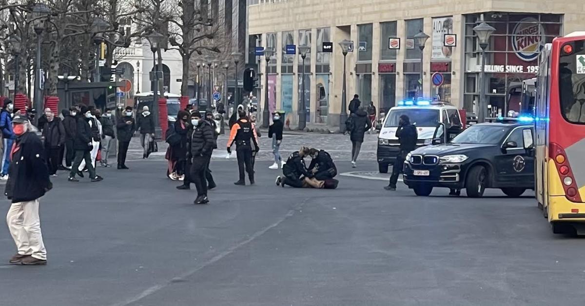 Arrestation musclée ce lundi matin sur la place Saint-Lambert à Liège: une femme maîtrisée au sol après avoir mordu un policier