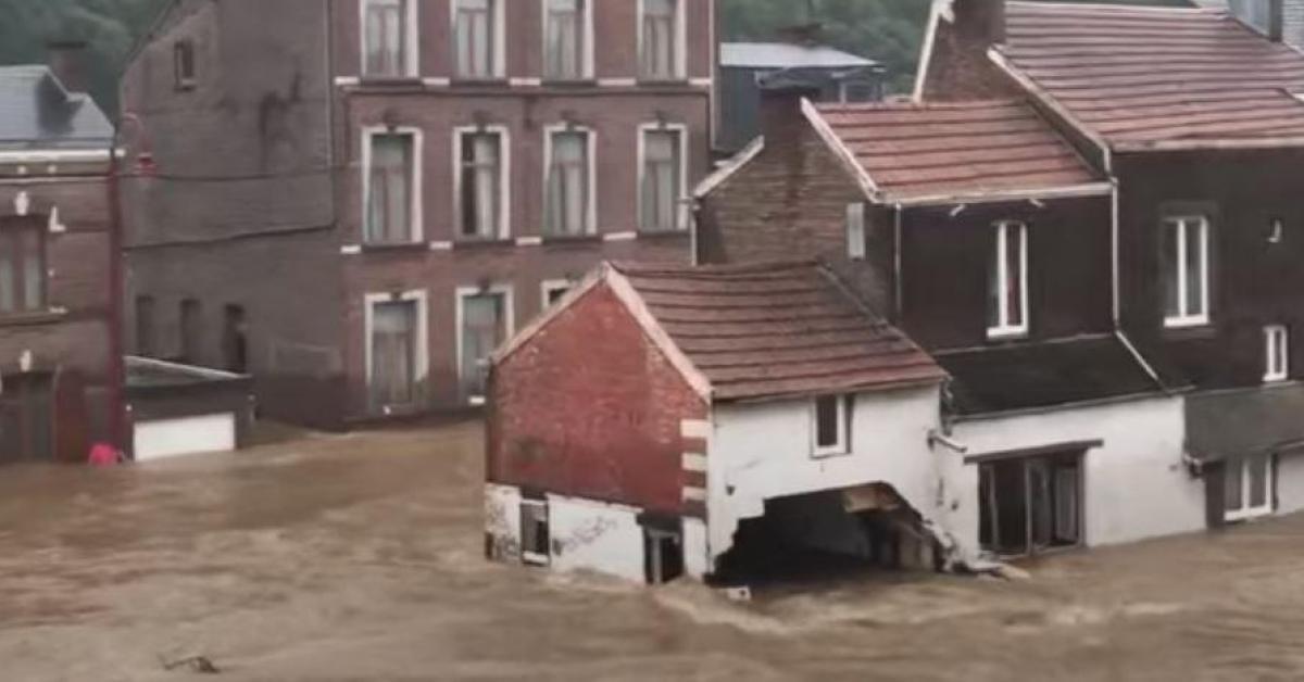 Un couple de personnes âgées en voiture chute dans un fossé creusé par les inondations à Chaudfontaine