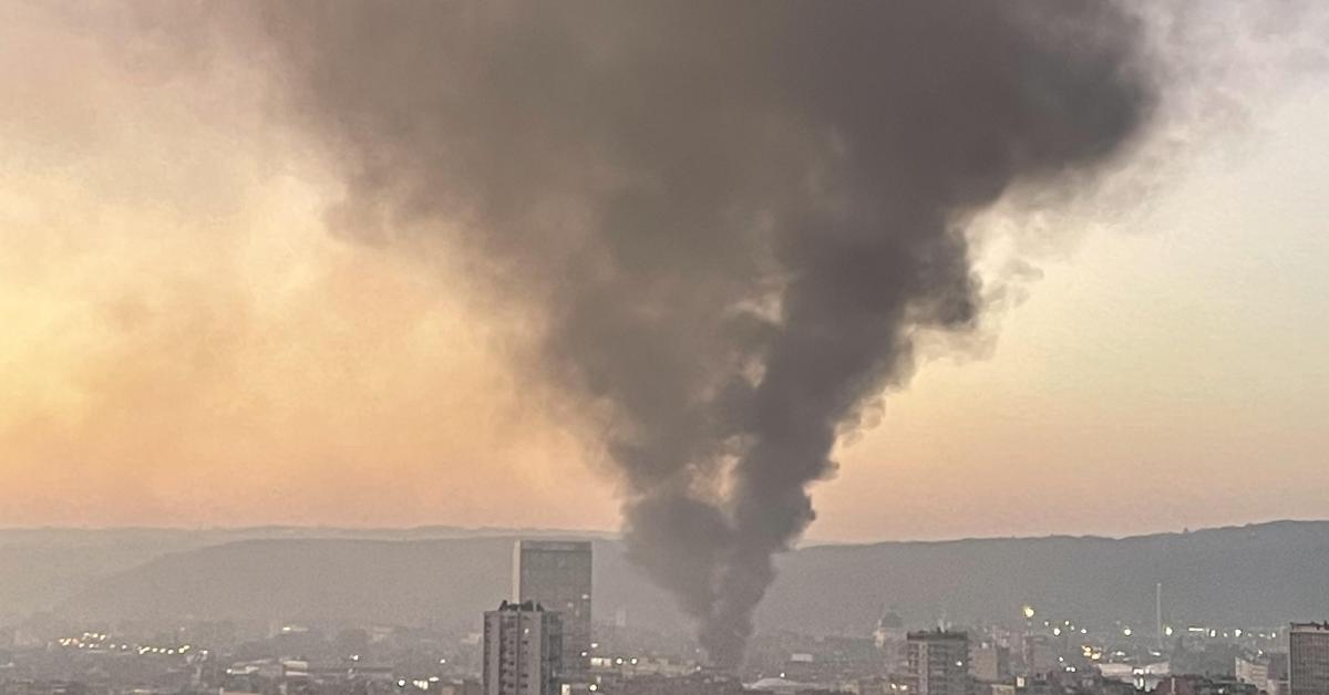 Important incendie en cours dans le centre de Liège: un énorme nuage de fumée visible à des kilomètres