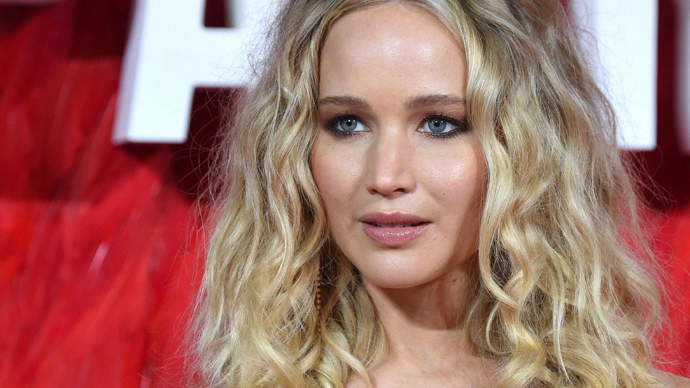 Jennifer Lawrence réagit après la polémique sur sa robe décolletée