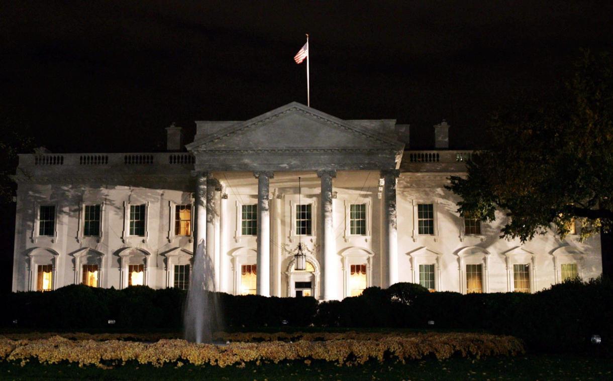 Un véhicule heurte une barrière de sécurité devant la Maison Blanche