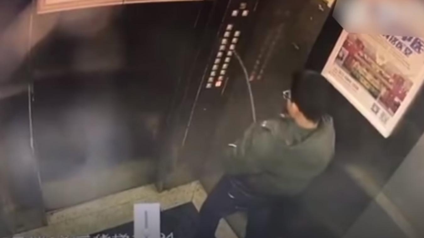 [VIDÉO] Il reste coincé dans l'ascenseur... après avoir uriné sur les boutons!