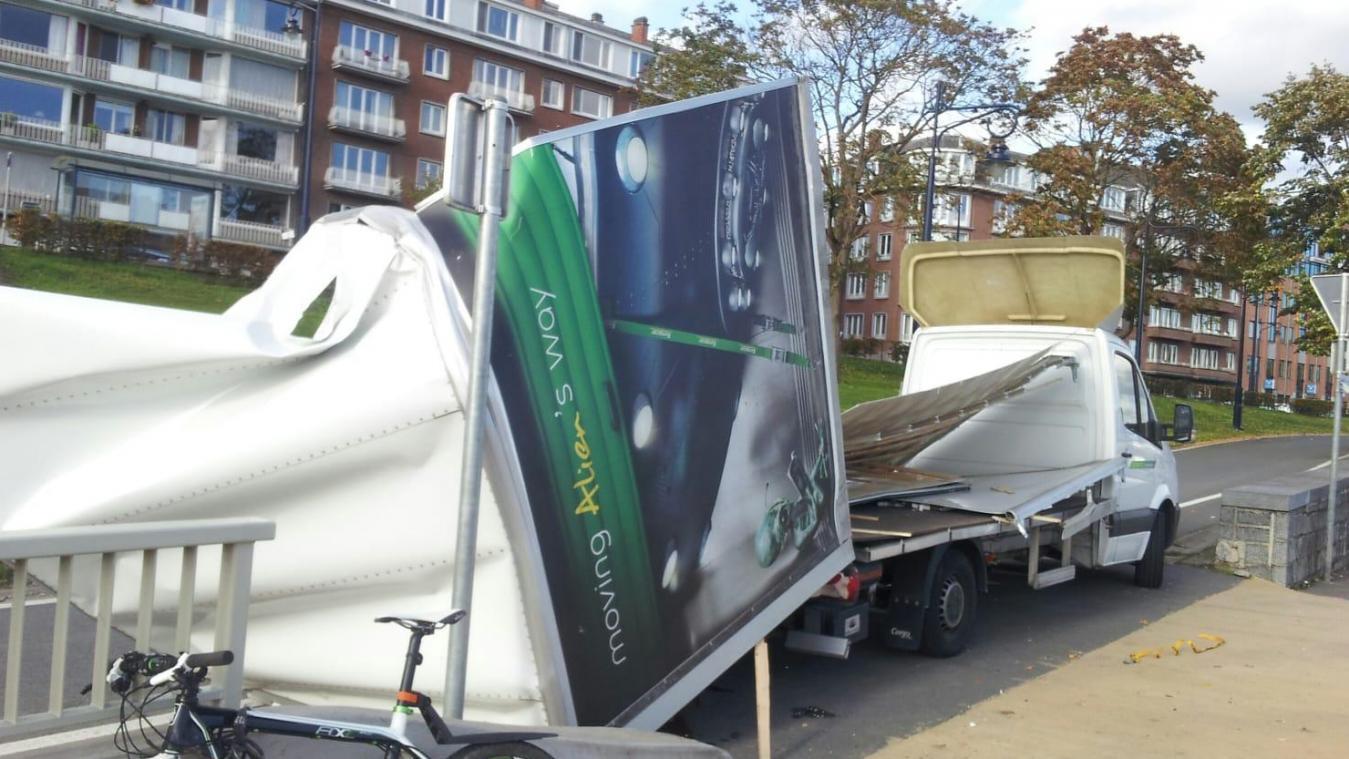 Le haut de la camionnette arrachée à Namur; le pont était trop bas...