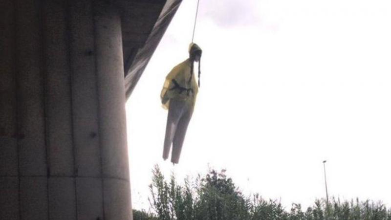 Une poupée à l'effigie de Greta pendue sous un pont