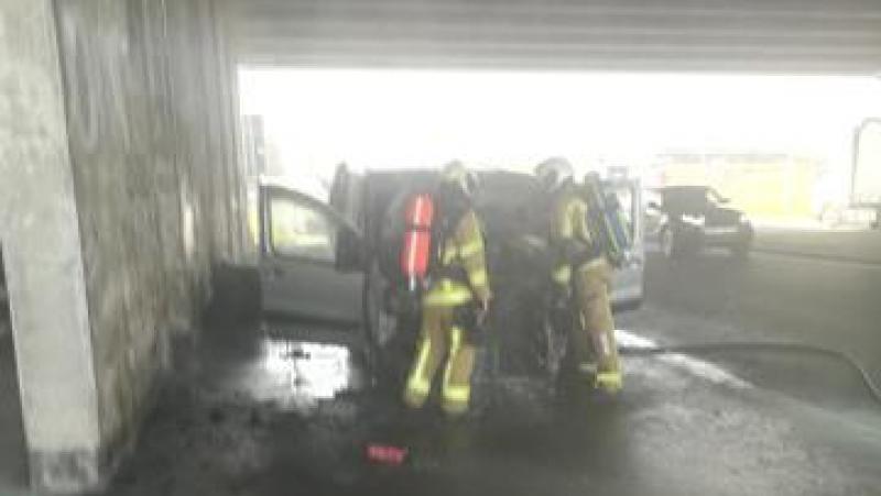 La camionnette était stationnée sous le pont quand elle s'est soudainement embrasée.