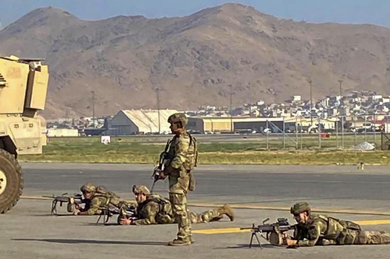 Soldats américains sécurisant l'aéroport de Kaboul