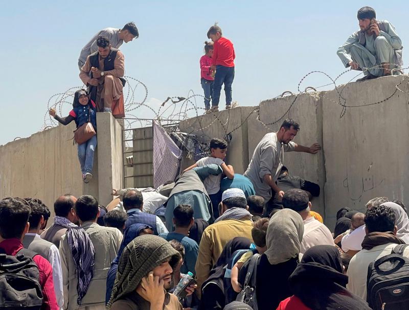 Afghans voulant fuir en se réfugiant à l'aéroport de Kaboul