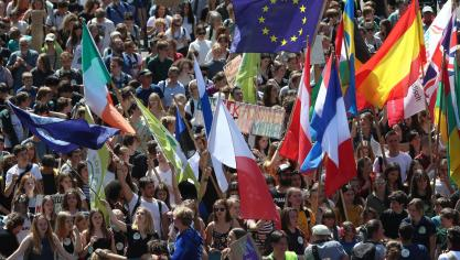 Succès de foule sous le soleil pour la marche pour le climat, à Bruxelles: 7.500 manifestants selon la police