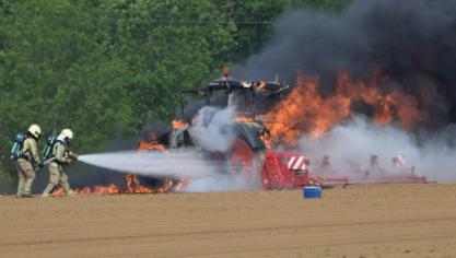 Un tracteur prend feu dans un champ à Geer