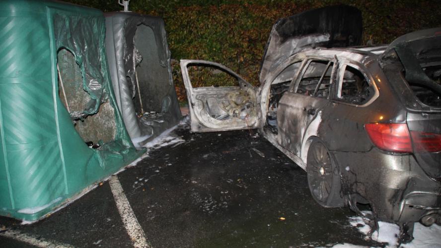 mouscron: une voiture en feu sur le parking du centr'expo