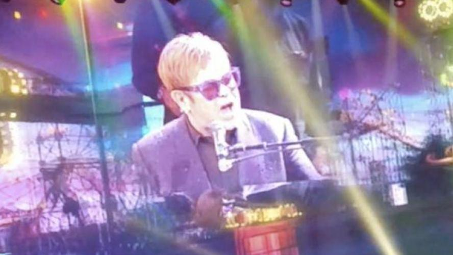 Elton John boude sur scène — Etats-Unis