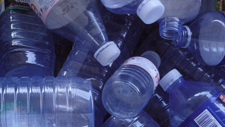 Des particules de plastique contaminent différentes grandes marques d'eau en bouteille