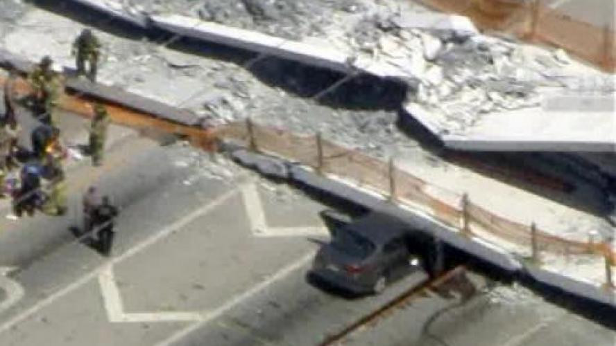 Un pont piétonnier s'écroule sur l'autoroute