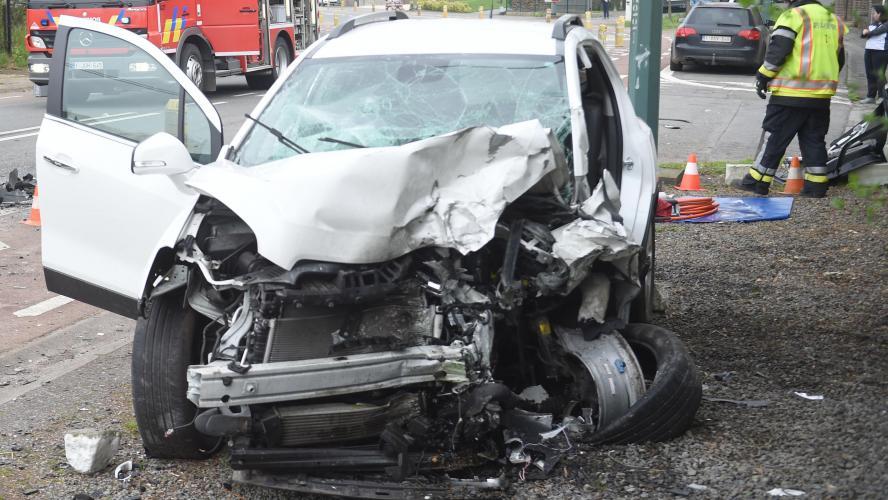 La conductrice succombe à ses blessures — Violente collision frontale