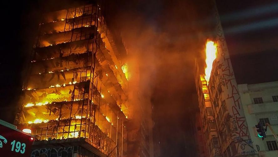 Brésil: une tour de Sao Paulo s'effondre après un incendie