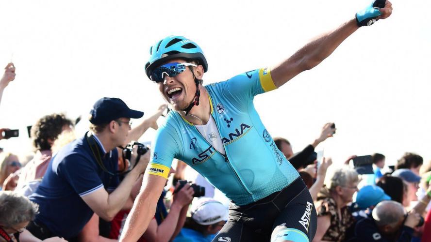 Une voiture Astana fonce sur un signaleur au Tour du Yorkshire