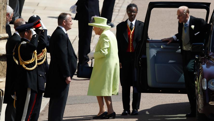 Voici la robe que porte la Reine Elizabeth II pour le mariage du prince  Harry et de Meghan Markle