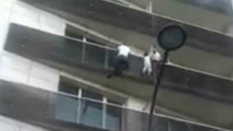 La vidéo virale du sauvetage d'un enfant suspendu dans le vide