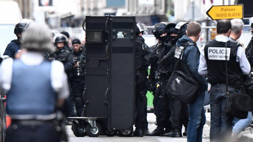 Prise d'otages à Paris, l'homme aurait une bombe sur lui