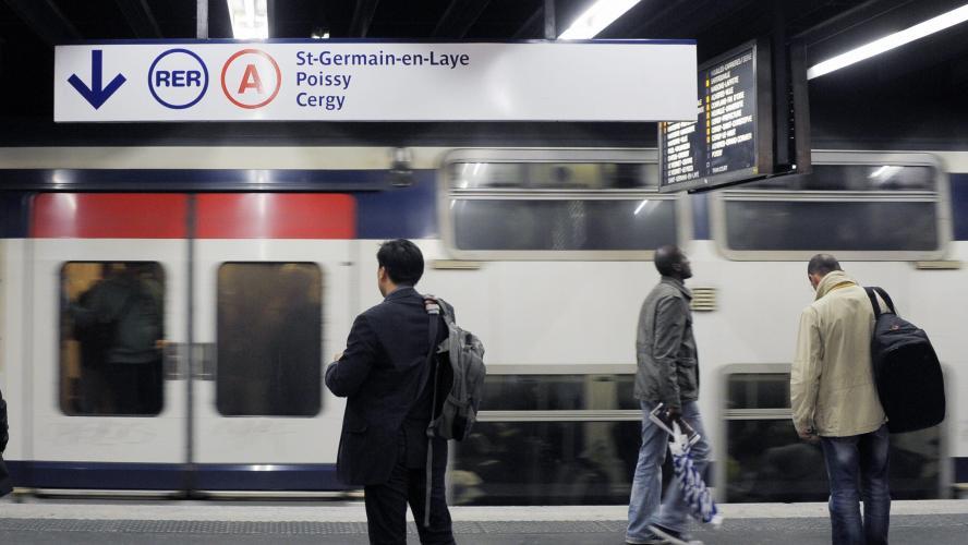 Une femme accouche dans le RER A — Paris