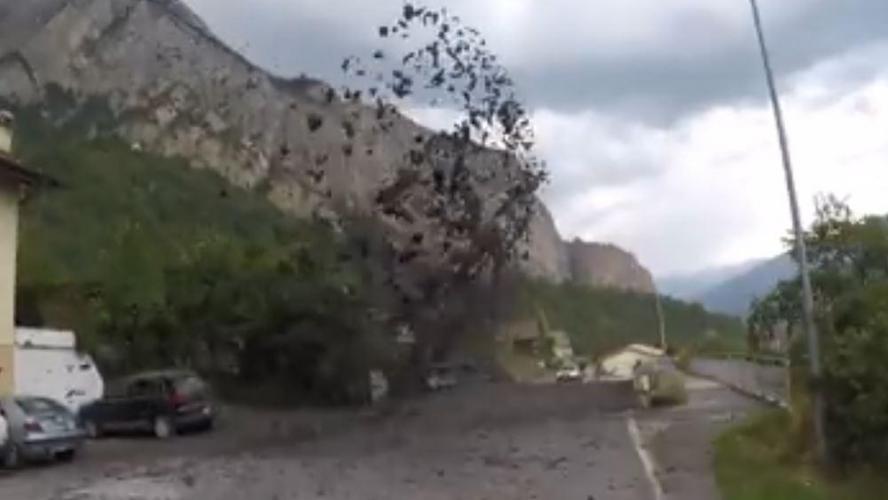 Vidéos. Un spectaculaire torrent de boue déferle sur un village de Suisse
