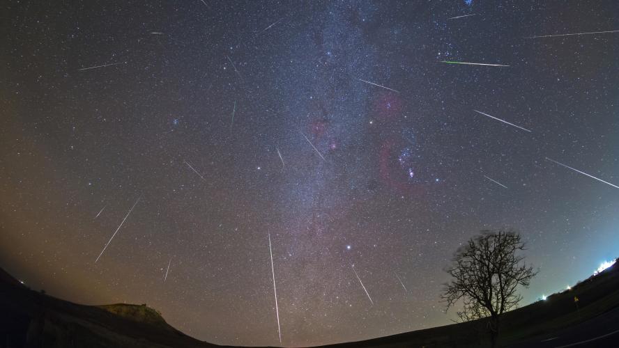 f83d6a3cf7 Pluie de météores et d'étoiles filantes dans le ciel encore cette ...