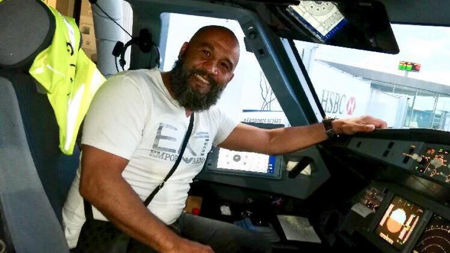 L'ancien champion de boxe Tarik Sahibeddine maîtrise un déséquilibré dans un avion