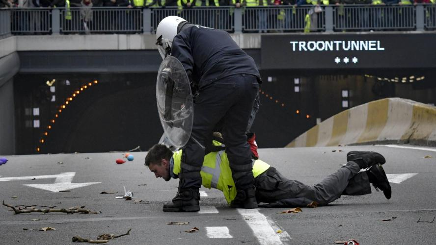La tension monte entre manifestants et policiers (VIDEOS) — Gilets jaunes