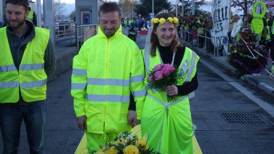 Deux gilets jaunes se sont mariés sur un blocage