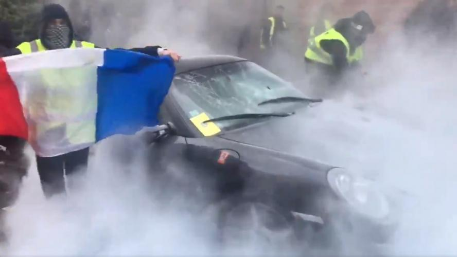 La voiture d'un chef incendiée — Gilets jaunes