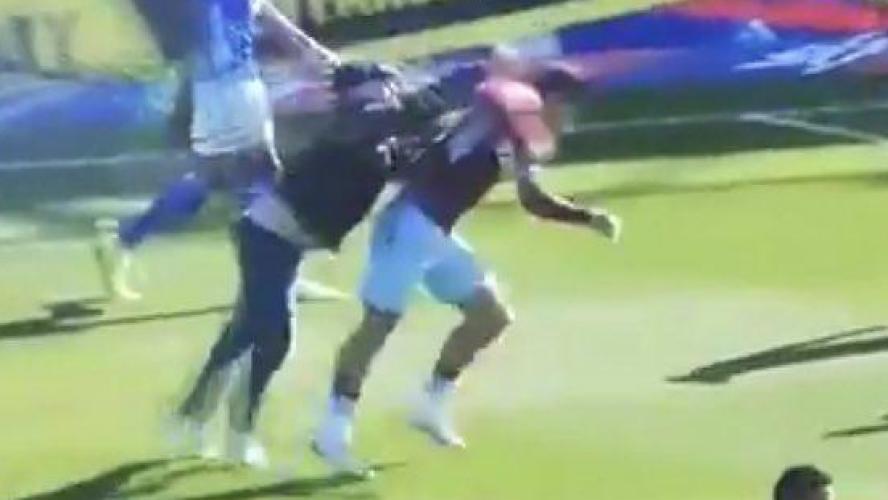 Un supporter agresse un footballeur d'Aston Villa en plein match