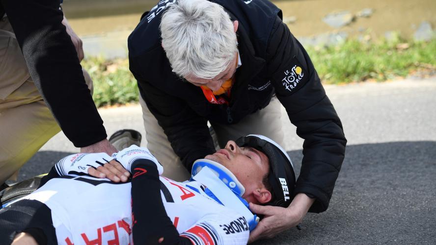 Paris-Nice. Barguil chute et part à l'hôpital