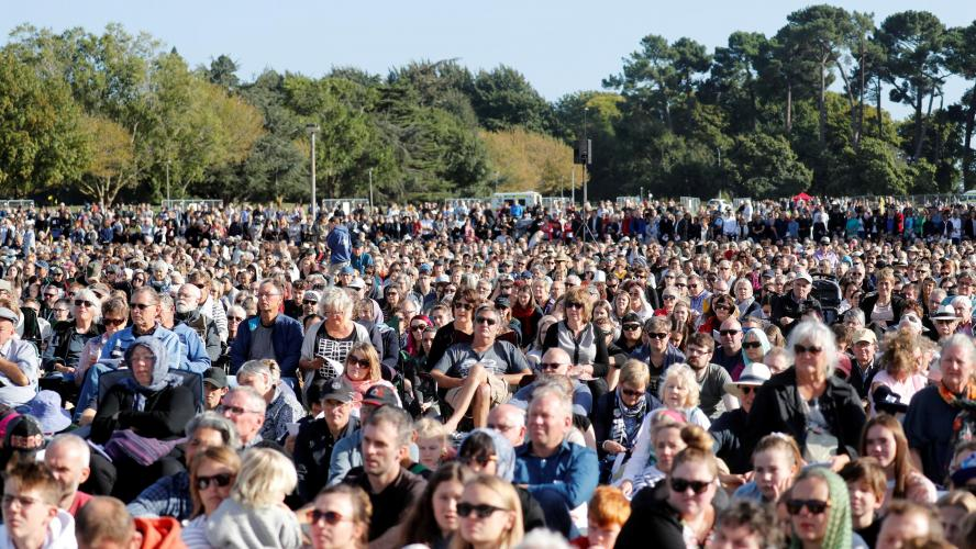 3db83ae052920 Des milliers de personnes pour une cérémonie à la mémoire des victimes de  l attaque de Christchurch