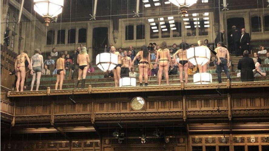 Brexit : défilé semi-nudiste au parlement britannique !