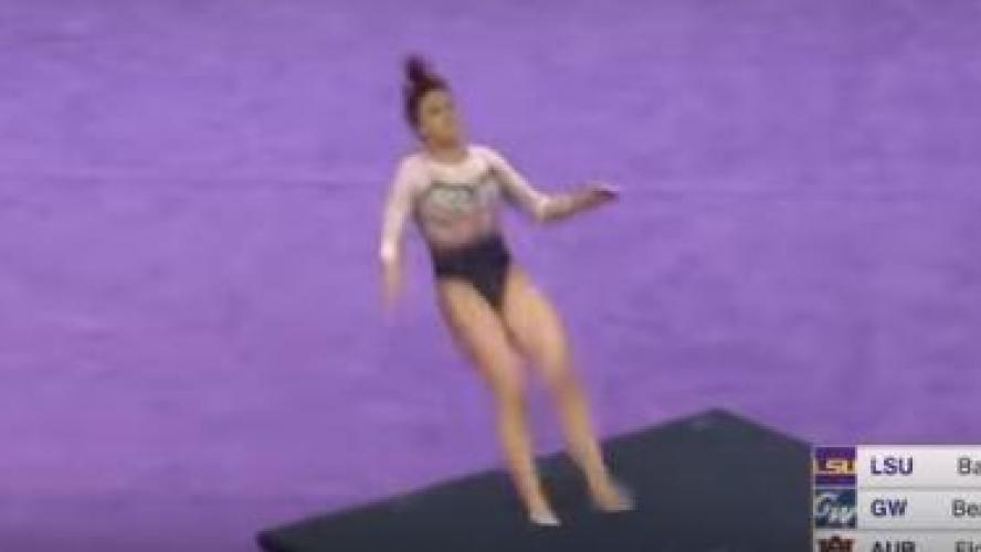 L'horrible blessure d'une gymnaste qui se casse les deux jambes