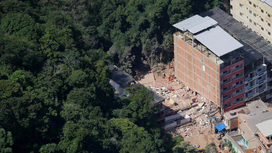 Deux immeubles s'effondrent dans une favela — Brésil