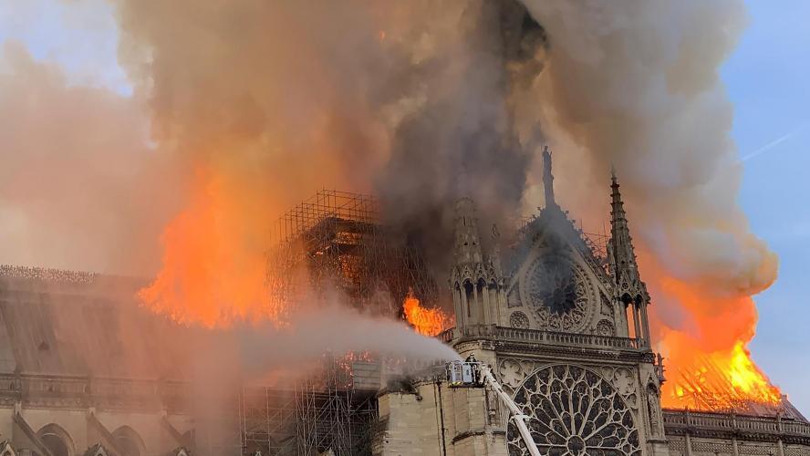 Des ouvriers de l'entreprise d'échafaudage ont fumé sur le chantier — Notre-Dame