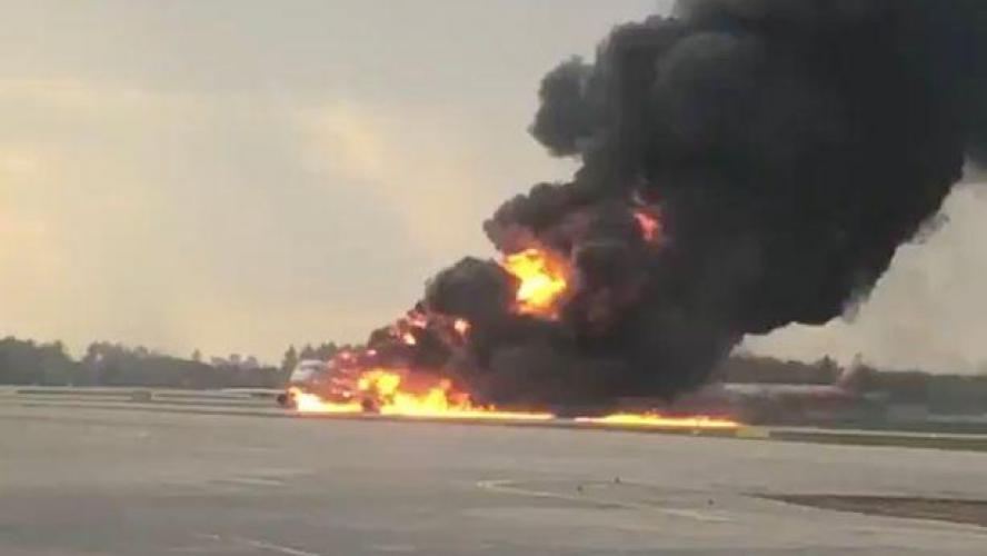 Un avion s'enflamme après son décollage à Moscou — VIDÉOS