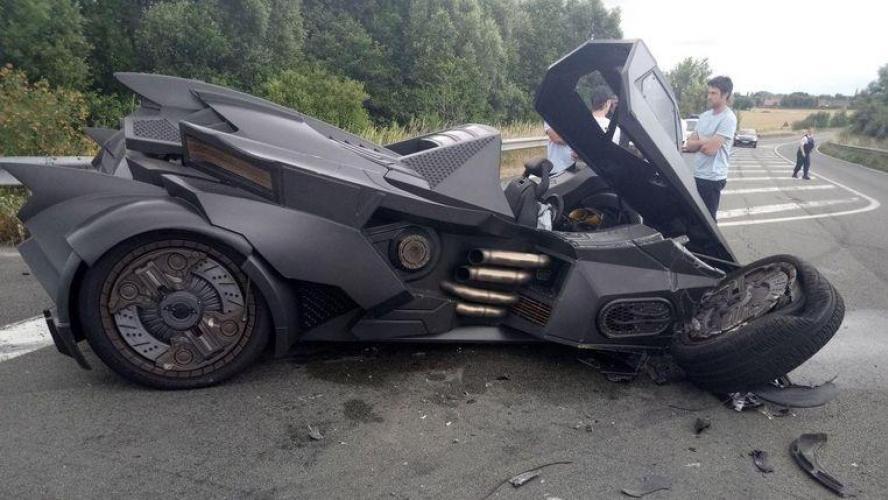 Images: Une Batmobile pulvérisée près de Dunkerque