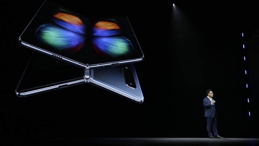 Le PDG de Huawei dévoile l'incroyable écran du smartphone pliable Mate X