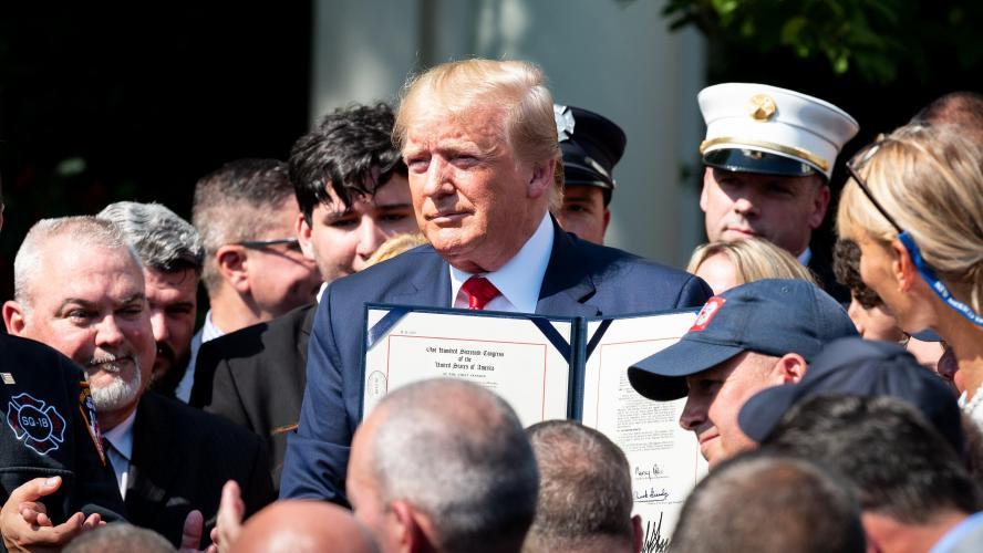 11-Septembre: Donald Trump ratifie la loi sur l'indemnisation des victimes
