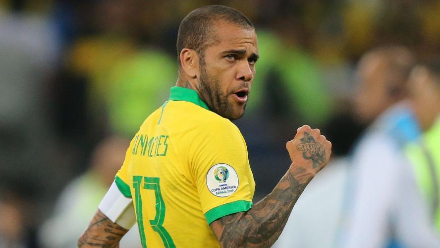 Le latéral brésilien Dani Alves signe à Sao Paulo