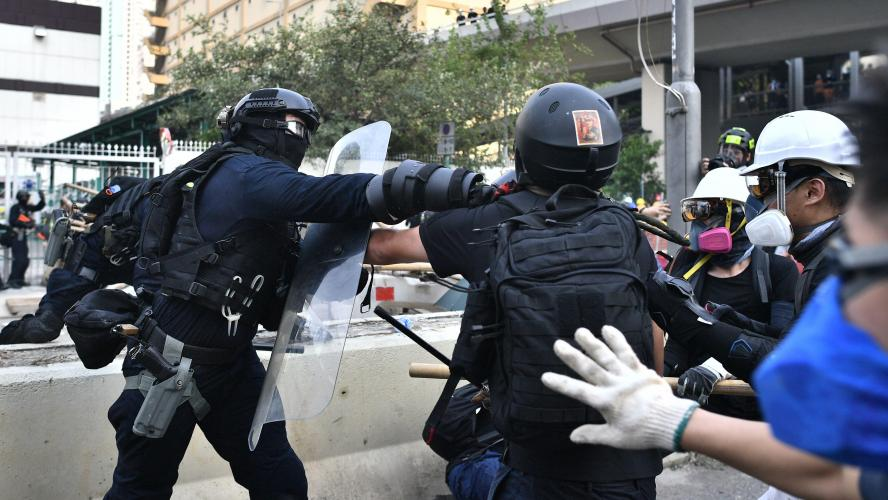 Nouveau face-à-face tendu entre manifestants radicaux et policiers à Hong Kong