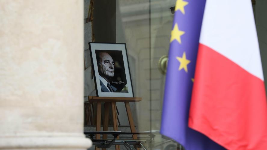 Une longue file d'hommage populaire à Jacques Chirac à Paris