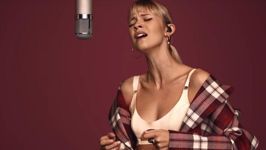 Dans un clip très classe et sexy Angèle dévoile sa nouvelle chanson Perdus pour la réédition de son album Brol