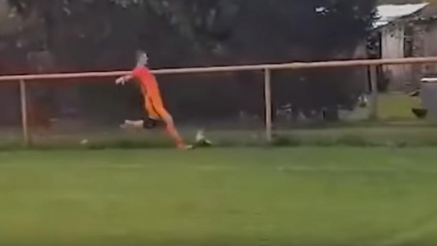 Un footballeur tue une poule en plein match et risque la prison