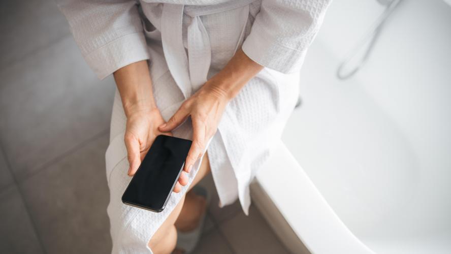 L'horreur en France: une femme consulte son téléphone en train de charger dans son bain et meurt électrocutée!